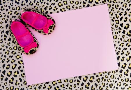 beb� blanco invitaci�n ducha con zapatos de color rosa y fondo leopardo