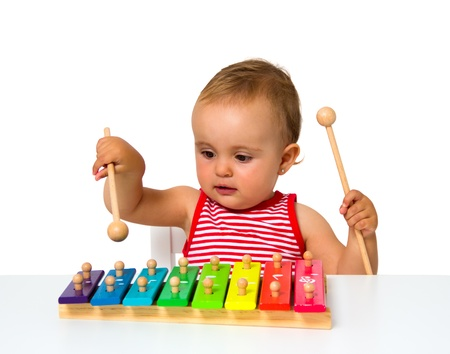 xilofono: bebé jugando xilófono aislado en blanco Foto de archivo