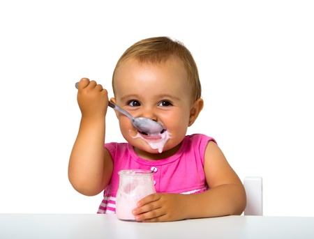 meisje eet yoghurt op wit wordt geïsoleerd