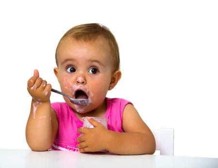 ni�a come el yogur aislado en blanco