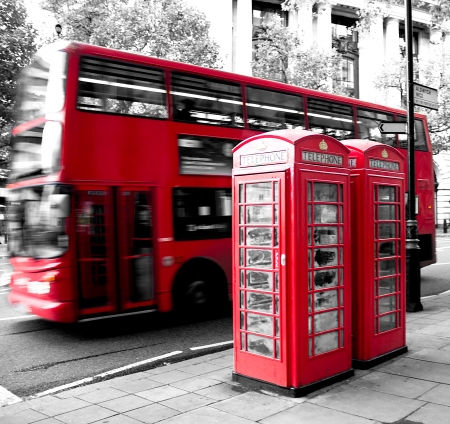 cabina de tel�fono rojo y autob�s rojo en el movimiento. Londres