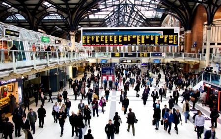 ラッシュアワーでロンドンのリバプール ・ ストリート駅
