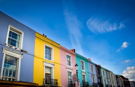 casas de Notting Hill en el mercado de Portobello Road