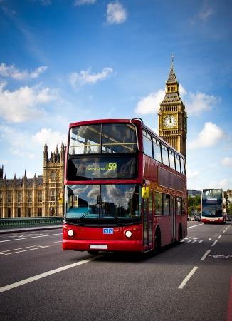 english bus: vue d'un autobus de londres avec le Big Ben en arrière-plan