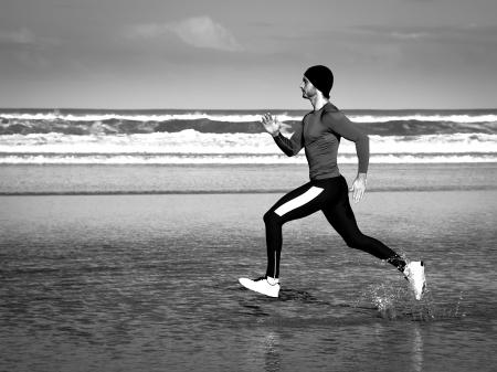 man working out: hombre joven que trabaja en la playa Foto de archivo