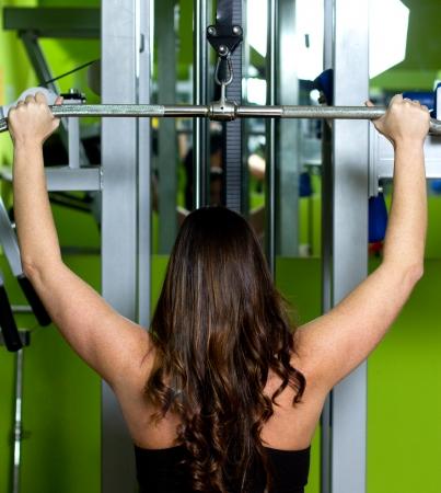 mujer haciendo ejercicio en un gimnasio Foto de archivo