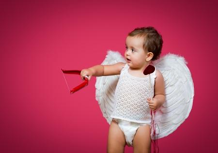 Cupid del bebé con un arco, flecha y alas Foto de archivo - 25215643