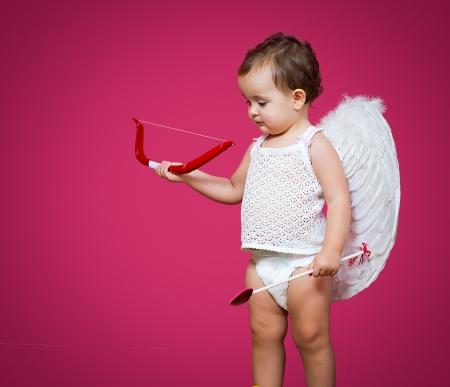 Cupid del bebé con un arco, flecha y alas Foto de archivo - 25215646