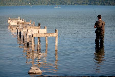 man fishing: El hombre pesca en el lago