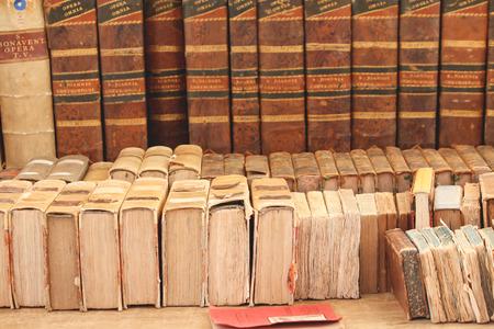 la enciclopedia muy antiguo en un mercado de calle