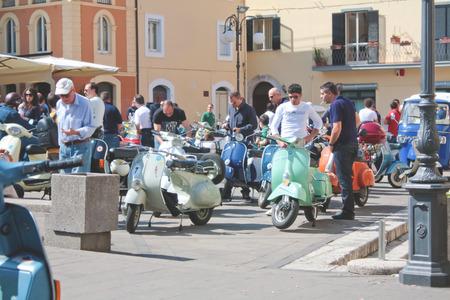 """ciclos: Arpino, Italia - 30 de mayo 2010: personas no identificadas que admiran ciclos """"Vespa"""", un vehículo italiano típico estilo antiguo en el pueblo de Arpino. Editorial"""