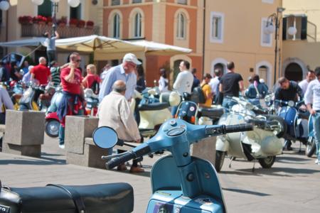 """cycles: Arpino, Italia - 30 de mayo 2010: personas no identificadas que admiran ciclos """"Vespa"""", un vehículo italiano típico estilo antiguo en el pueblo de Arpino. Editorial"""