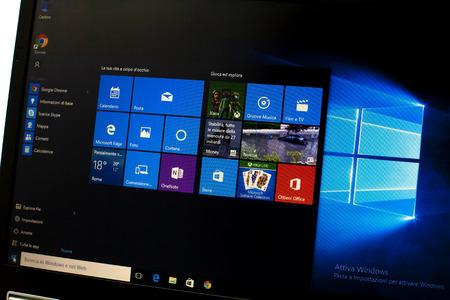 Microsoft Windows 10 op een laptop Stockfoto - 60813543