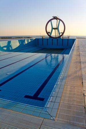 Tarjeta de salto estructura grande y piscina en invierno.