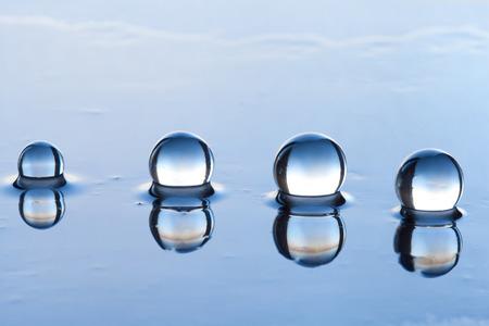 Wasserperlen abstrakt mit Reflexion auf dunkle Oberfläche. Standard-Bild - 81170217