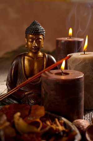 incienso: Buddah con velas e incienso Foto de archivo