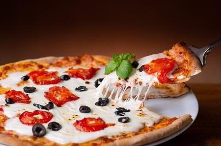 pizza: Slice pizza met buffalo mozzarella op hout achtergronden