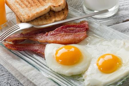 huevos fritos: huevos con tocino para desayunos