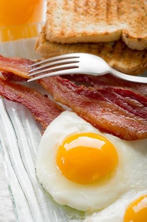 dejeuner: ?ufs avec bacon pour le petit d�jeuner