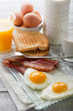 huevos revueltos: huevos con tocino para desayunos