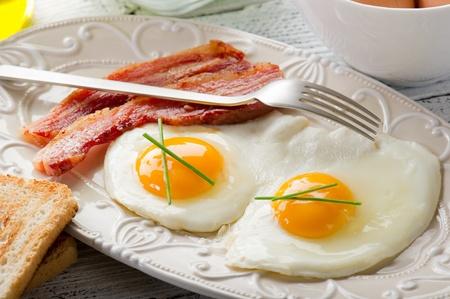 huevos revueltos: huevos con tocino y pan tostado