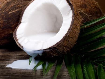 aceite de coco: Nuez de coco sobre fondo de madera Foto de archivo