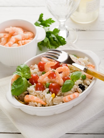 Reissalat mit Garnelen und Tomaten