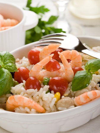 Reissalat mit Garnelen und Tomaten Standard-Bild