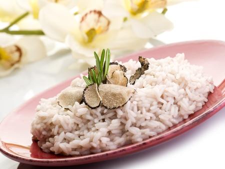 truffe blanche: riz à la truffe sur le plat rouge