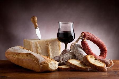 queso blanco: vino y el pan de queso parmesano italiano Salame Foto de archivo