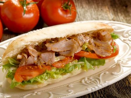 sandwich de pollo: sándwich de Kebap en plato