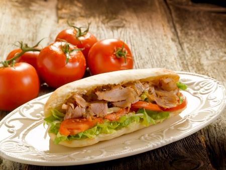 sandwich de pollo: s�ndwich de Kebap en plato