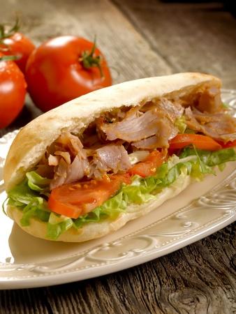 sandwich au poulet: Kebap sandwich sur plat