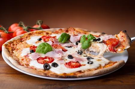 rebanada de pizza: rebanada de pizza con mozzarella de b�fala en fondos de madera