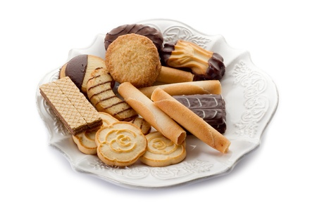verscheidenheid van biscuit op schotel op witte achtergrond