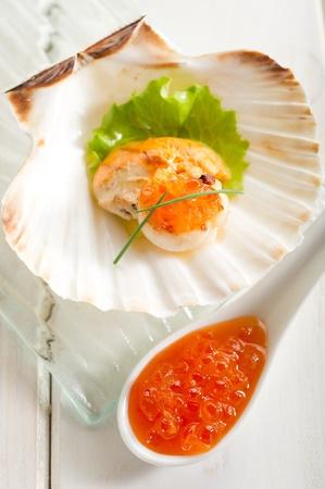 petoncle: pétoncles grillés avec ?ufs de saumon Banque d'images