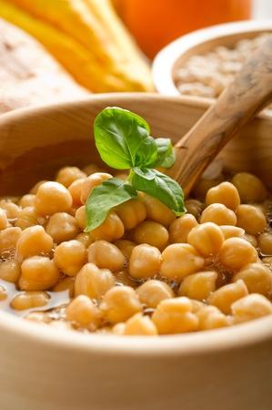 garbanzos: sopa de garbanzos en tazón de madera