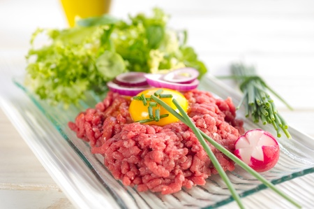 steak tartare: tartare meat with green salad