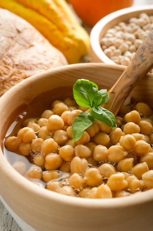 garbanzos: sopa de garbanzos en el plato de madera