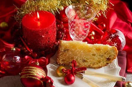 weihnachtskuchen: Panettone traditionellen italienischen Weihnachts-Dessert auf roten Luxus-Tabelle Lizenzfreie Bilder