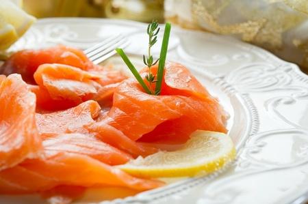 salmon ahumado: salm�n en el plato en la mesa de Nochebuena