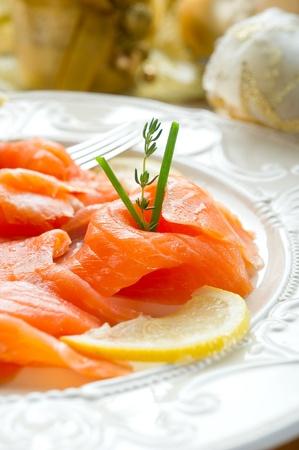 salmon ahumado: salmón en el plato en la mesa de Nochebuena