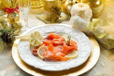 plato de pescado: salm�n en el plato en la mesa de Nochebuena