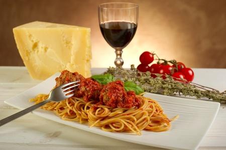 restaurante italiano: espaguetis con salsa de tomate y alb�ndigas