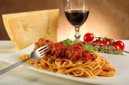 restaurante italiano: espaguetis con salsa de albóndigas y tomate