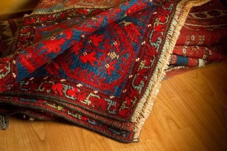 Vielzahl von antiken Orientteppichen