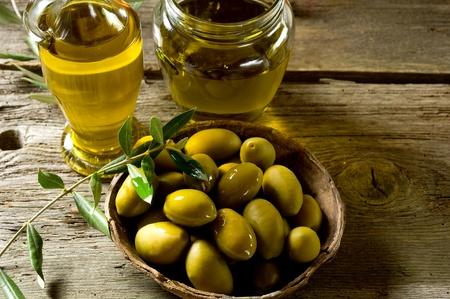 aceite de oliva en el fondo de madera