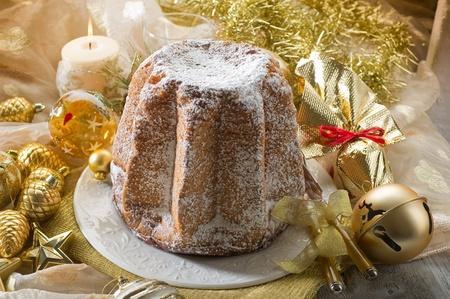 weihnachtskuchen: pandoro traditionelle italienische Weihnachtskuchen Lizenzfreie Bilder