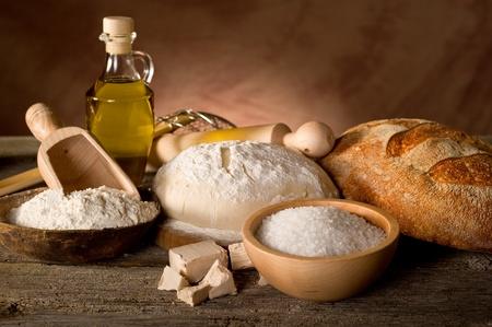 comiendo pan: masa y los ingredientes para el pan hecho en casa