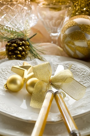candle light table setting: gold xmas table with decorations